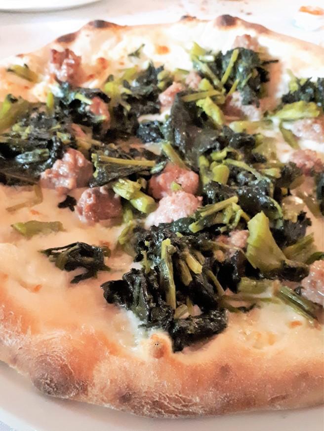 Salsiccia e friarielli: pizzeria Maruzzella